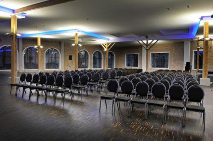 Tagungen und Feiern auf einer Fläche für mehrere hundert Gäste.