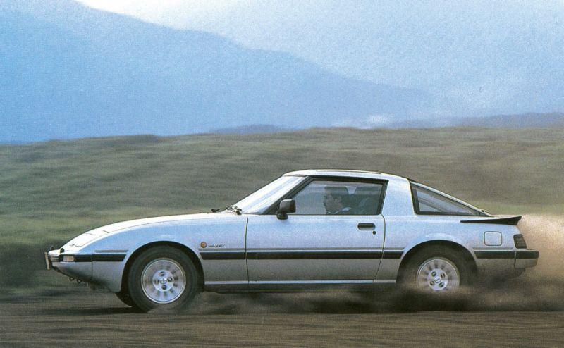 Der Sportwagen RX-7 mit den Klappscheinwerfern begeisterte mit Kreiskolbenmotor und außergewöhnlichem Design und ist natürlich im Mazda Museum ausgestellt.